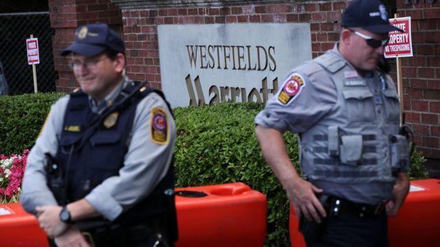 Policías en los alrededores del hotel Marriott en el que se lleva a cabo la reunión de Bilderberg, en Chantilly, Virginia.