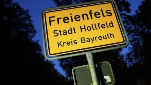Un cartel en alemán que dice Freienfels