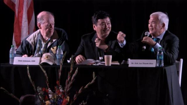 Đại úy Clint Johnson (trái) và đại tá Lê Thanh Đạo (phải) cùng người thông dịch viên tại buổi giao lưu tối 21/9 tại bảo tàng USS Midway.