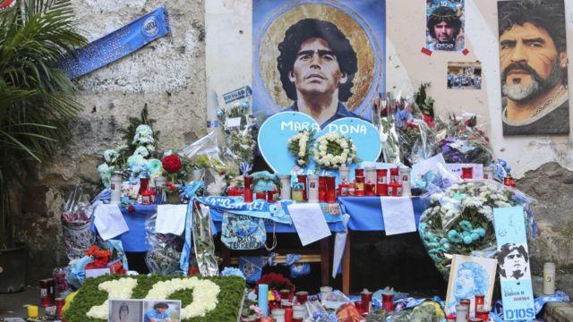 زهور وشموع في نابولي تكريماً لمارادونا بعد وفاته