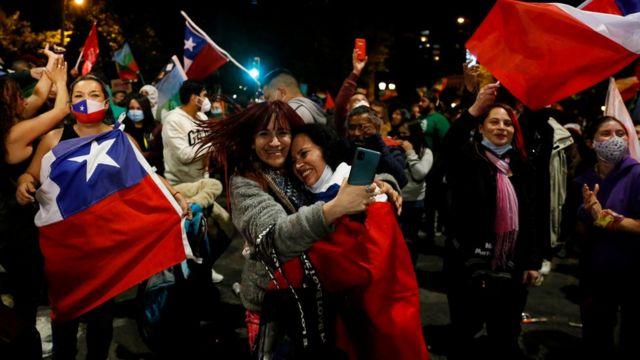 Dos mujeres se abrazan durante las celebraciones en Chile por la victoria del Apruebo