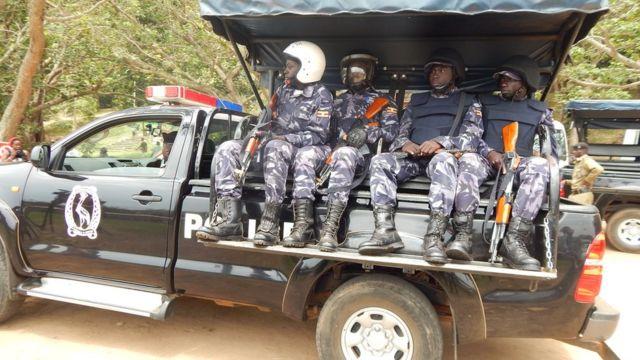 Polisi ya Uganda yaherekeje imdokari zuzuye abariko bashaka gukorana, berekeza i Kampala