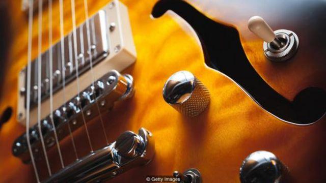 Việc sử dụng công nghệ khuếch đại có nghĩa là một cây guitar điện không còn cần một lỗ âm thanh để tạo sự cộng hưởng