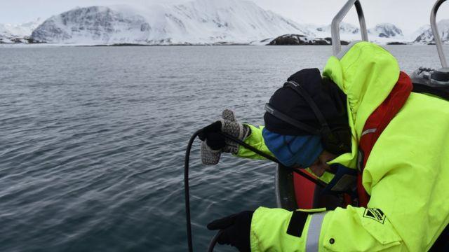 أحد العلماء يقيس مستوى الضوضاء في المحيط