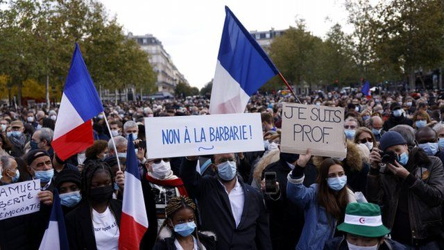 هزاران نفر در تظاهرات پاریس شرکت کرده و پلاکاردهایی حمل میکردند که روی آنها نوشته بود: «به بربریت نه بگوییم» و «من هم معلمم»
