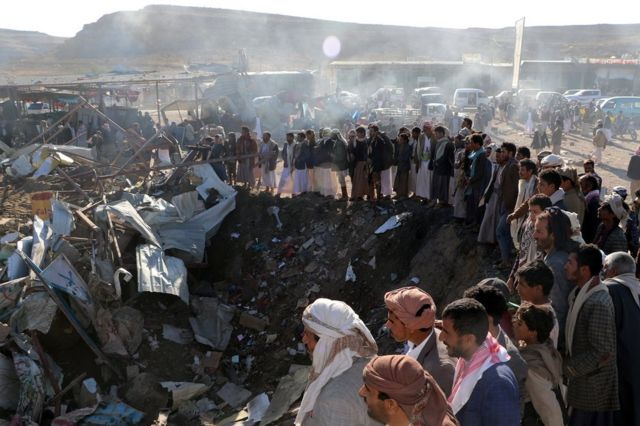 Yemen'deki Saada vilayetinin Sahar bölgesinde vurulan pazar yeri ve toplanan insanlar