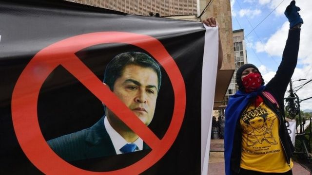 Estudiantes protestan contra Hernández