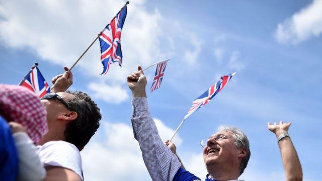 """Simpatizantes da UE abanam bandeiras britânicas sob o lema """"Juntos, mais fortes"""""""