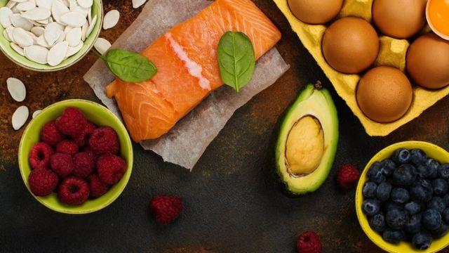 Alimentos saludables para el cerebro: aguacate, almendras, semillas y pescado.
