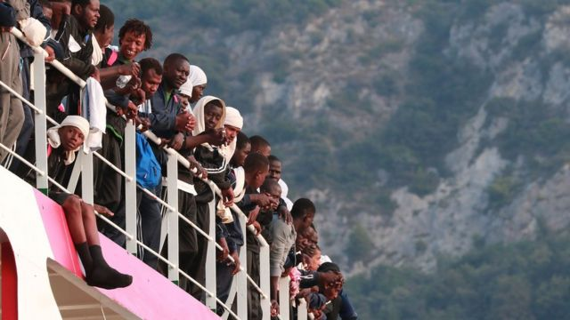 Le navire de sauvetage Vos Prudence de Médecins Sans Frontières (MSF) au petit matin du 14 juillet 2017 arrive dans le port de Salerno, en Italie avec à son bord 935 migrants, dont 16 enfants et 7 femmes enceintes