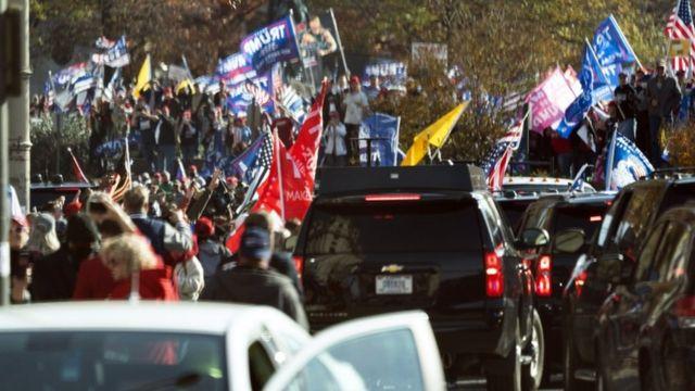 La caravana presidencial pasó junto a los manifestantes cuando Trump se dirigía a jugar golf.