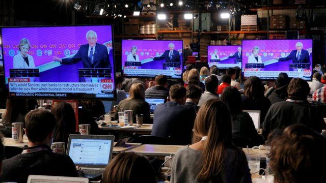 サンダース陣営にとってニューヨーク州は負けられない州だ(写真は会場に設けられたモニターで討論会の様子を見る記者ら)