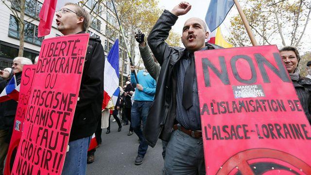 "Militantes do grupo Riposte laïque protestando contra ""fascismo islâmico"""