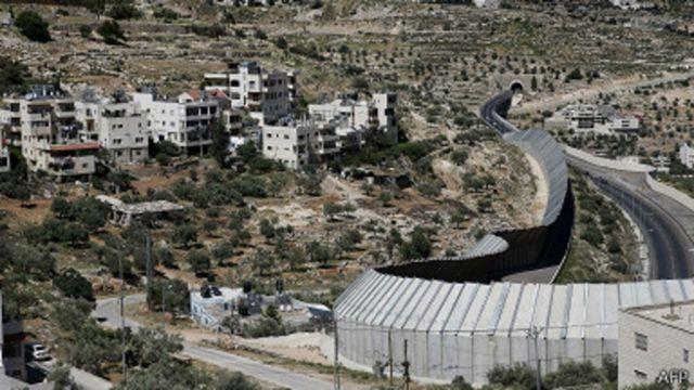 Une barrière de sécurité construite par Israël sépare son territoire de la Cisjordanie.
