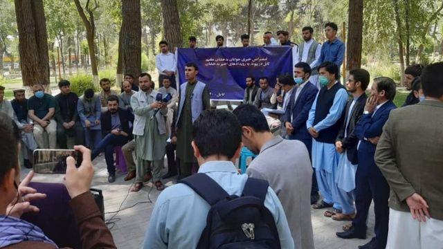شماری از شهروند و فعالان جامعه مدنی در کابل گردهم آمده و خواستار برکناری محمد ذکریا سودا، والی بدخشان و معرفی او به دادستانی شدند