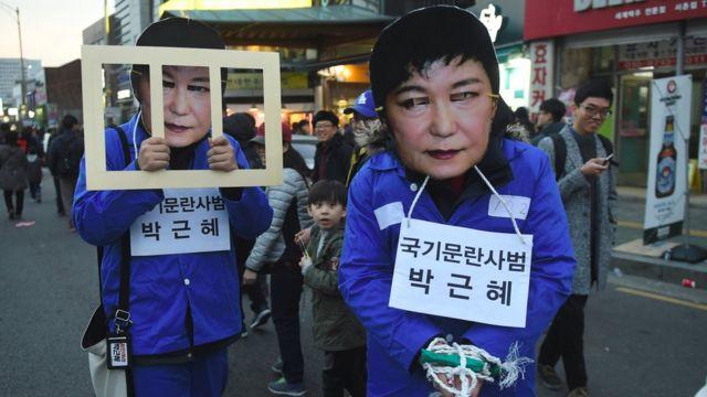 Manifestantes con máscaras de Park Geun-hye durante una protesta en Corea del Sur.