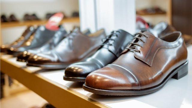 Sapatos de couro expostos em loja