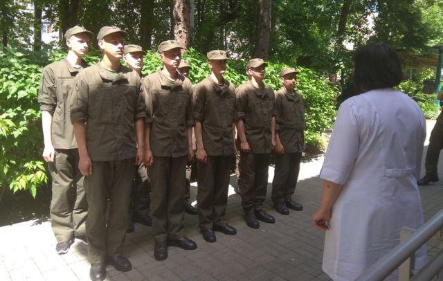 Soldados ucranianos fazem fila para serem vacinados