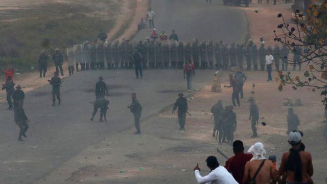 Venezuela-Brezilya sınırı: Askerler göstericilerin sınıra yaklaşmasını önlemek için barikat kurdu