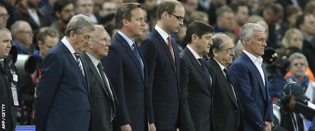 試合開始前、イギリスのウィリアム王子(写真中央)やキャメロン首相(同左)など出席者が犠牲者を悼んだ