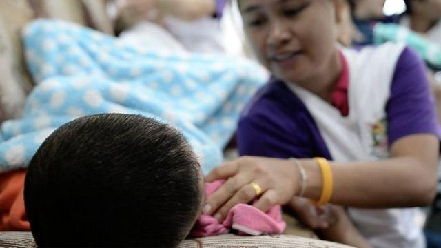 ผู้ป่วยโรคสมองพิการและผู้ปกครอง ขณะรอรับสารสกัดกัญชาในคลินิคแห่งหนึ่งในกรุงเทพฯ