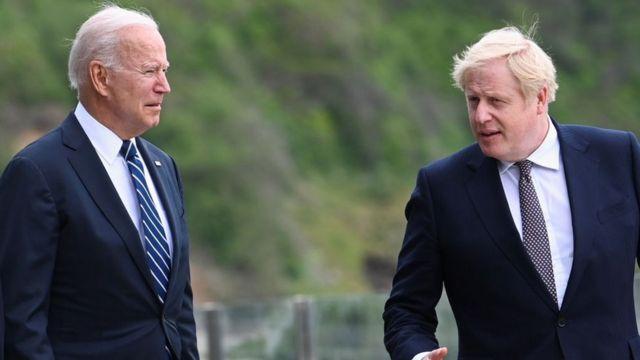 رئيس الوزراء البريطاني بوريس جونسون يتحدث مع الرئيس الأمريكي جو بايدن، في 10 يونيو/حزيران 2021