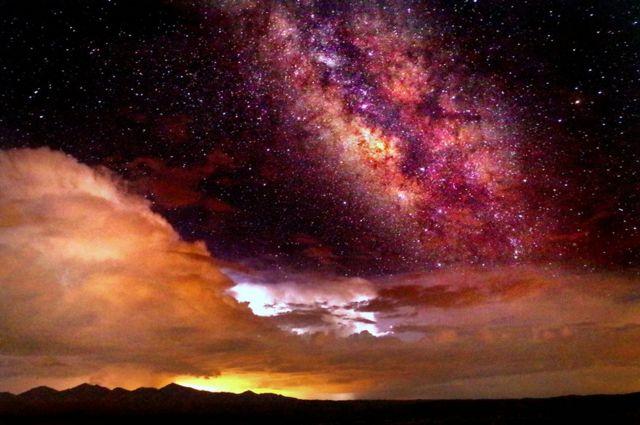 ကြယ်တွေနဲ့ လိမ္မော်ရောင် ကောင်းကင်