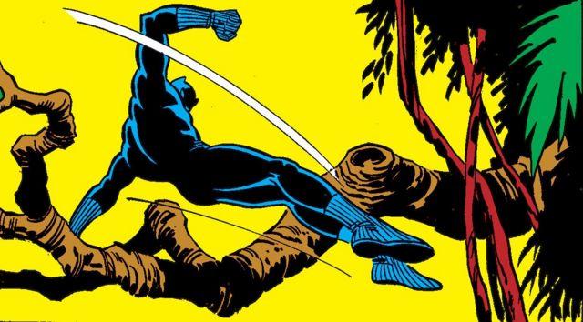 Черная пантера перескакивает через дерево