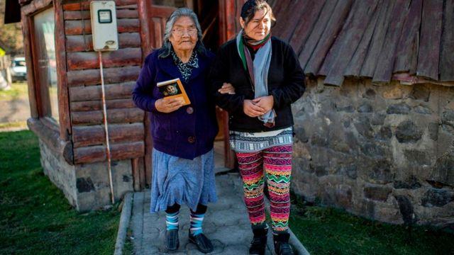 Кристина Кальдерон (на снимке слева) - последний человек на Земле, свободно говорящий на яганском