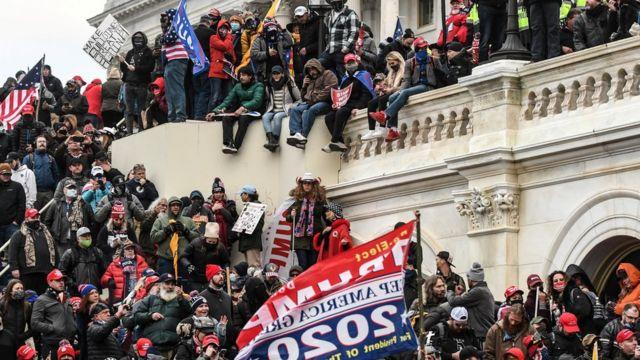 Simpatizantes de Donald Trump afuera del Capitolio, durante el asalto al mismo.