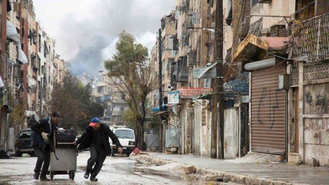 مدنيون يفرون من القصف
