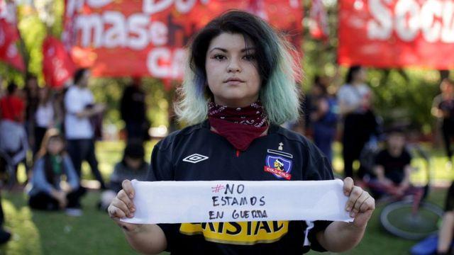 Joven chilena protesta frente a la embajada de Chile en Buenos Aires, Argentina