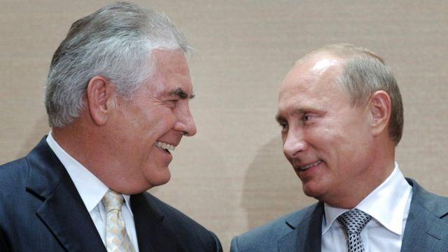 ティラーソン氏(左)とプーチン氏。写真はロシア・ソチで。