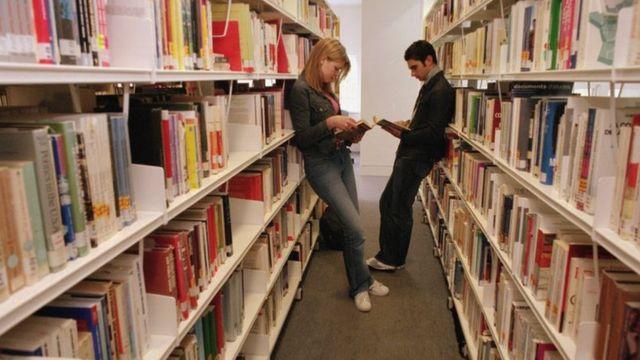 Estudantes em biblioteca