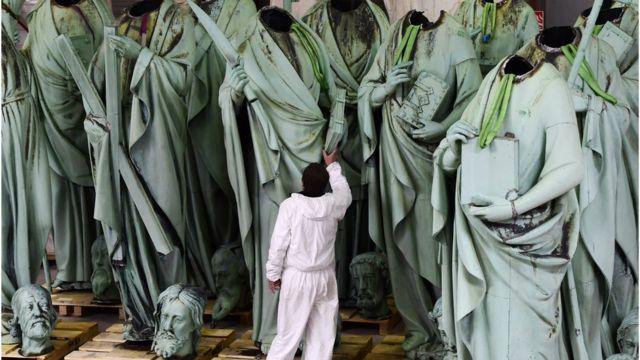 статуи апостолов