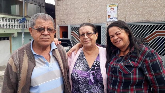 Maria José de Araújo (centro), ao lado do marido e da filha