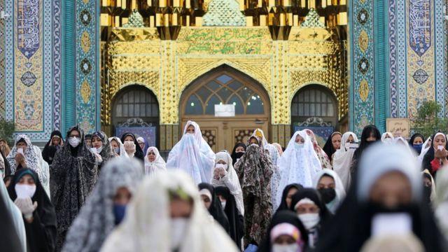 Musulmanes distanciados socialmente durante Eid al-Fitr en Irán