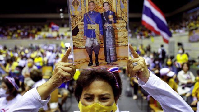 2020年8月30日,泰国政府和君主制支持者拿着泰国国王玛哈·哇集拉隆功与王后苏提达的照片,反对最近的反政府抗议活动。