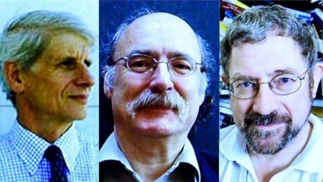 (G. à Dr.) David Thouless, Duncan Haldane et Michael Kosterlitz