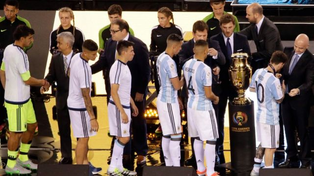 La selección argentina recibe las medallas al subcampeón