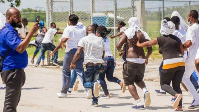 Algumas das pessoas deportadas para o Haiti tentaram voltar para a aeronave