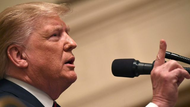 O presidente americano Donald Trump discursa, em frente a um microfone