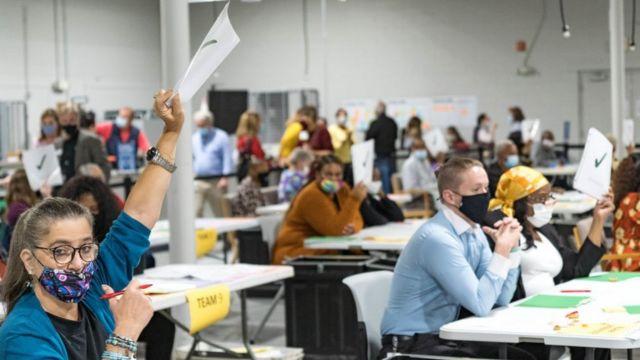 مسؤولو الانتخابات في مقاطعة غوينيت يعيدون فرز الأصوات في 13 نوفمبر/تشرين الثاني 2020، الولايات المتحدة