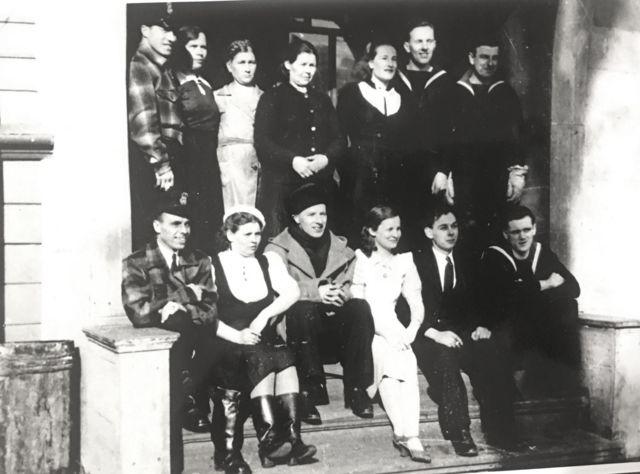 Военнослужащие британской миссии в Архангельске и их подруги, 1942 год