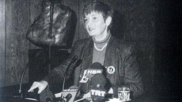 1995'te dönemin ÇYDD Başkanı Türkan Saylan bir toplantının açılış konuşmasını yapıyor.