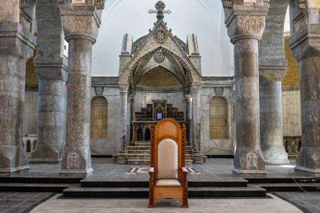 الكرسي التي سيجل عليها البابا في كنيسة الطاهرة الكبرى في قراقوش