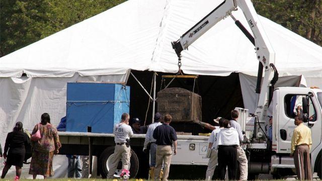 Corpo de Emmett Till foi exumado em 2005 no Cemitério Burr Oak em Alsip, Illinois, June 1, 2005