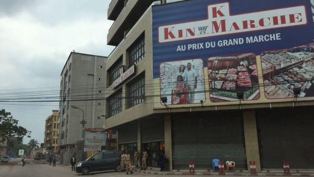 Les commerces étaient fermés sur cette artère de Kinshasa, comme dans d'autres endroits de Kinshasa, ce 19 octobre.