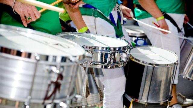 sambistas tocando instrumentos