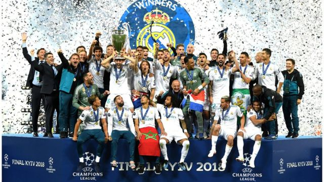 команда Реал Мадрид празднует победу